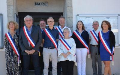 Le Maire entouré de ses huit adjoints.